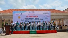 Caravan thiện nguyện 2030 trao quà cho các em học sinh