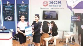 Khách hàng được tư vấn và nhận quà tại gian hàng SCB