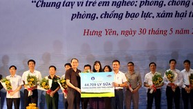 Bà Nguyễn Thị Minh Tâm, Giám đốc Chi nhánh Vinamilk Hà Nội đại diện công ty trao bảng tượng trưng 44.709 ly sữa cho đại diện tỉnh Hưng Yên