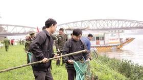 Công an tỉnh Thừa Thiên- Huế cùng sinh viên dọn rác  và vớt bèo dọc bờ sông Hương