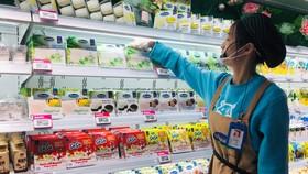 Nhân viên của siêu thị Hema Hồ Nam tại quầy sản phẩm sữa chua của Vinamilk