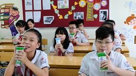 Sau 12 năm tiên phong thực hiện chương trình Sữa học đường, Vinamilk đã hỗ trợ hơn 300 tỷ đồng với hơn 175 triệu hộp sữa cho hơn 3 triệu trẻ em học sinh mầm non, tiểu học