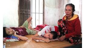 Người mẹ nghèo gian nan nuôi 2 con tật nguyền
