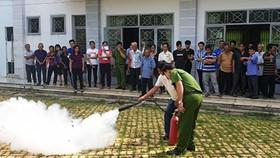 Cảnh sát PCCC TPHCM tập huấn kỹ năng cho người lao động tại một cơ sở sản xuất