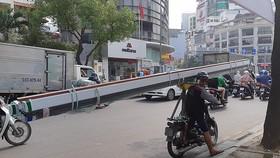 Hiểm nguy rình rập từ xe thô sơ chở vật liệu xây dựng cồng kềnh