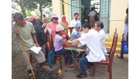 Khám bệnh và tặng quà tết cho người nghèo tại huyện Lắk, Đắk Lắk