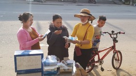 Cô giáo ở Quảng Ngãi phát khẩu trang y tế miễn phí cho người đi đường