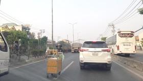 Hàng rong bất chấp hiểm nguy lấn chiếm lòng đường quốc lộ 1A