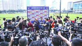 """HLV Park Hang-seo giữa """"rừng"""" truyền thông trước thềm vòng loại World Cup 2022. Ảnh: DŨNG PHƯƠNG"""