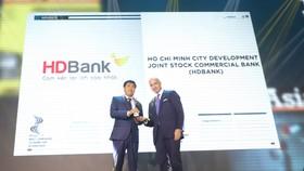 Tiến sĩ Lê Thành Trung, Phó Tổng Giám đốc HDBank thay mặt Ban lãnh đạo HDBank nhận giải HDBank - Nơi làm việc tốt nhất châu Á