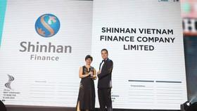 Bà Trần Thị Ngọc Nhung, Giám đốc Nhân sự Shinhan Finance tiếp nhận Giải thưởng Nơi làm việc tốt nhất châu Á