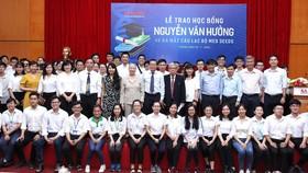 Trao 56 suất học bổng Nguyễn Văn Hưởng cho sinh viên ngành y