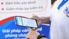 Thiết bị đeo tay cảm biến nhiệt kết nối với di động, chạy thử ứng dụng giám sát người cách ly tại nhà