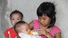 Bố bị tai nạn, 5 con thơ nheo nhóc