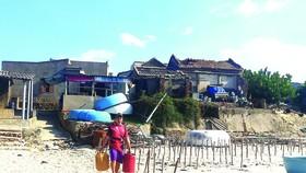 Triều cường đe dọa làng biển  Hòa An (Phú Yên).  Ảnh: NGỌC OAI