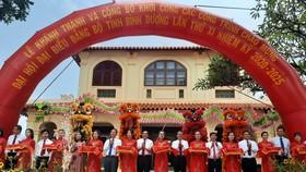 Lãnh đạo tỉnh và các sở, ban ngành, địa phương cắt băng khánh thành và khởi công các công trình chào mừng Đại hội đại biểu Đảng bộ tỉnh lần thứ XI. Ảnh: Báo Bình Dương
