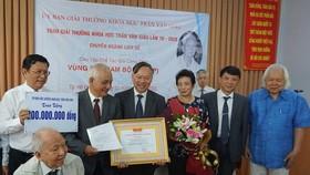 """Nhóm tác giả thực hiện công trình """"Vùng đất Nam bộ"""" nhận giải thưởng Trần Văn Giàu 2020. Ảnh: www.hcmcpv.org.vn"""