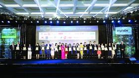 Emin Turan, Tổng Giám đốc Sanofi  Đông Dương,nhận chứng nhận Tốp 100 nơi làm việc tốt nhất Việt Nam năm  2020 (thứ 2 từ trái sang)