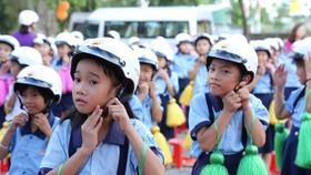 Tặng hơn 7.300 nón bảo hiểm cho học sinh tiểu học