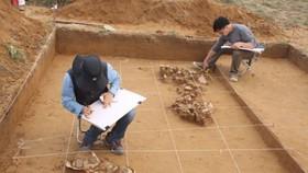 Cán bộ Bảo tàng Lịch sử quốc gia và Bảo tàng Quốc gia Hàn Quốc xử lý hiện trường khai quật, năm 2012. Ảnh: BTLSQG)
