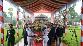 Các đại biểu dâng hương tưởng niệm cố Chủ tịch nước, Đại tướng Lê Đức Anh. Ảnh: QĐND