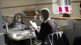Nhân viên bầu cử làm nhiệm vụ tại điểm bỏ phiếu bầu Tổng thống Mỹ ở Easton, bang Pennsylvania ngày 3-11. Ảnh: AFP/TTXVN