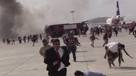 Cảnh náo loạn tại sân bay Aden sau tiếng nổ lớn. Ảnh: AP
