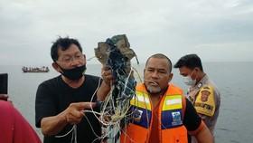Những vật thể được cho là thiết bị và đồ dùng của hành khách trên máy bay mất liên lạc thuộc Hãng hàng không Sriwijaya Air, Indonesia. Ảnh: TWITTER