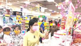 Nhiều sản phẩm vệ sinh và trang trí nhà cửa giảm giá mạnh thu hút người tiêu dùng