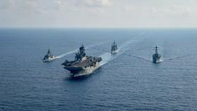 Tàu hải quân Mỹ và Úc hoạt động trên Biển Đông vào tháng 4-2020. Ảnh: REUTERS