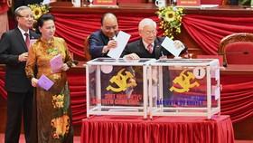 Các đồng chí lãnh đạo Đảng, Nhà nước bỏ phiếu bầu Ban Chấp hành Trung ương Đảng khóa XIII, chiều 30-1. Ảnh: VIẾT CHUNG