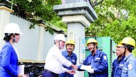 Đồng chí Phạm Quốc Bảo thăm hỏi, động viên công nhân thi công trạm biến áp