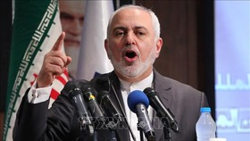 Ngoại trưởng Iran Mohammad Javad Zarif phát biểu tại một cuộc họp báo ở Tehran. Ảnh: AFP/TTXVN