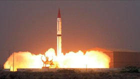 Tên lửa đạn đạo đất đối đất tầm trung Shaheen-III rời bệ phóng tại địa điểm không xác định ở Pakistan ngày 11-12-2015. Ảnh tư liệu: AFP/TTXVN