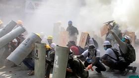 Người biểu tình tại Yangon. Ảnh: REUTERS