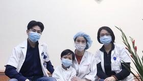 Các thầy thuốc Trung tâm tim mạch và lồng ngực, Bệnh viện Hữu nghị Việt Đức chụp ảnh kỷ niệm cùng bệnh nhi L.X.H. Ảnh: Bệnh viện Hữu nghị Việt Đức