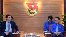 Bí thư Thứ nhất Trung ương Đoàn Nguyễn Anh Tuấn và Đại sứ đặc mệnh toàn quyền Israel tại Việt Nam Nadav Eshcar trao đổi tại buổi tiếp