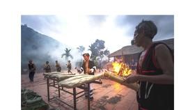 Một buổi biểu diễn đàn đá tại huyện Khánh Sơn