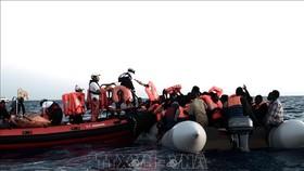 Người di cư được cứu trên Địa Trung Hải. Ảnh tư liệu: AFP/TTXVN