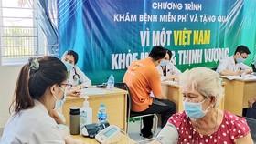 Người dân phường Thạnh Mỹ Lợi được tư vấn và khám chữa bệnh tại Văn phòng Đảng ủy và Khối Đoàn thể Khu Công nghiệp Cát Lái. Ảnh: Thanhuytphcm.vn