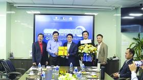 Ông Lê Viết Hải - Chủ tịch Tập đoàn Xây dựng Hòa Bình (giữa) trao quà lưu niệm  cho đại diện CLB CLB Golf & Business