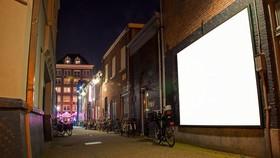 Bảng quảng cáo nhiên liệu hóa thạch ở Amsterdam bị xóa trắng