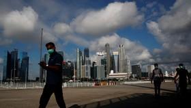 Người dân đeo khẩu trang phòng lây nhiễm Covid-19 tại Singapore. Ảnh: REUTERS