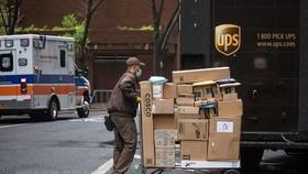 Nhân viên giao hàng làm việc tại New York, Mỹ ngày 13-4-2020 trong bối cảnh dịch Covid-19 lan rộng. Ảnh: THX/TTXVN