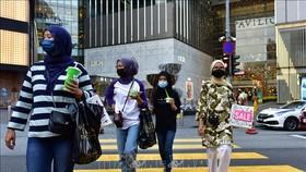 Người dân đeo khẩu trang phòng lây nhiễm SARS-CoV-2 tại Kuala Lumpur, Malaysia. Ảnh: THX/TTXVN