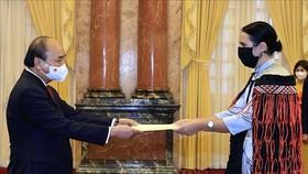 Chủ tịch nước Nguyễn Xuân Phúc và Đại sứ New Zealand Tredene Dobson tại lễ trình Quốc thư. Ảnh: TTXVN
