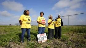 S.Lavigne  (thứ 2 từ trái qua) cùng các đồng nghiệp phản đối dự án Formosa Plastics. Ảnh: AP