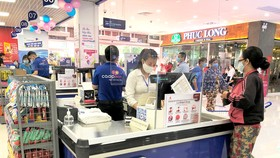 Khách hàng mua sắm tại kênh bán lẻ của Saigon Co.op