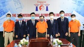 Lãnh đạo Cục Quản lý chất lượng (Bộ GD-ĐT) cùng các học sinh tham dự Olympic Tin học quốc tế. Ảnh: Bộ GD-ĐT