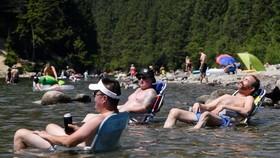 Người dân Maple Ridge, bang Bristish Columbia, Canada ngồi ngâm mình dưới nước biển. Ảnh: REUTERS
